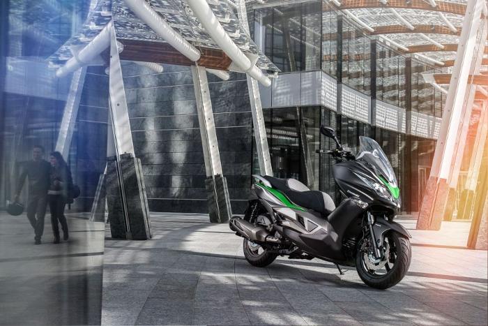 Kawasaki J300 : un maxi-commuter à tendance sport-GT